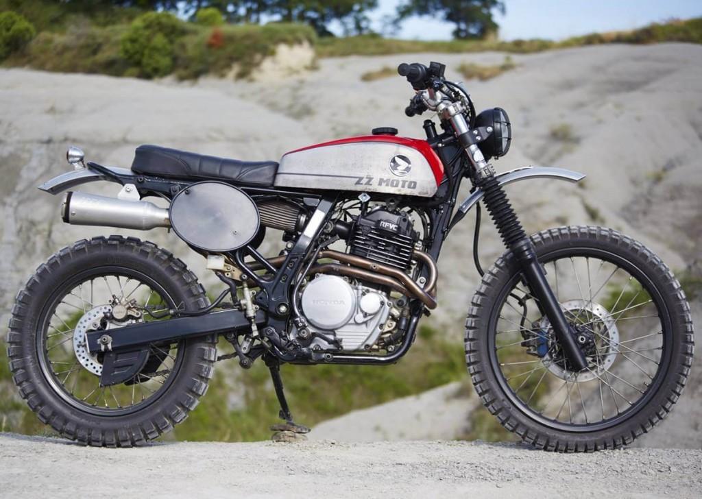 Moto Honda NX 650 scrambler sobre unas rocas